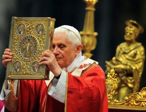 Benedetto-XVI-benedice-con-il-evangeliario-e1389710359848